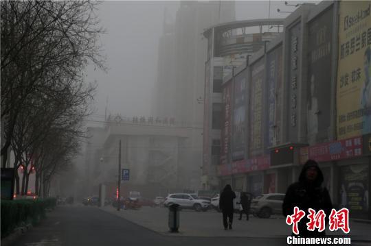 2月8日,甘肃河西走廊中段的张掖市被笼罩在漫漫沙尘之中。 成学磊摄