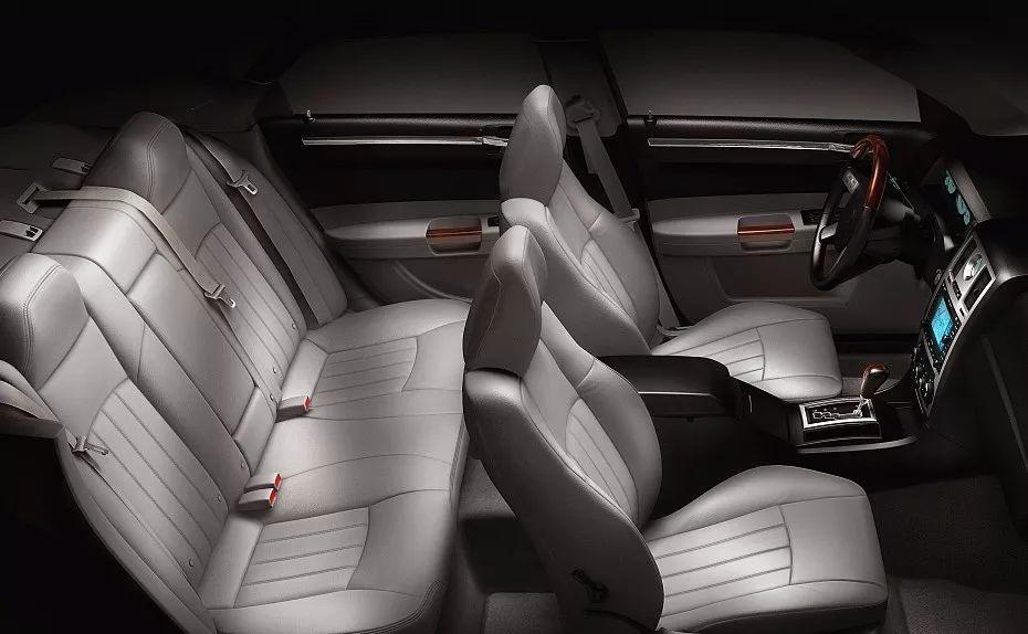 终于知道为什么老司机们都不喜欢坐在汽车后排中间座位了?