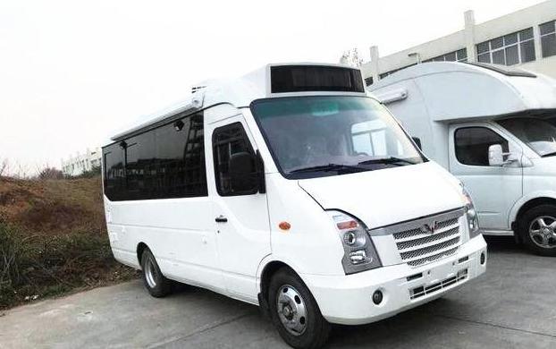 外形上,五菱这款旅居车也就是房车,看起来像是一辆大中巴,分体式的