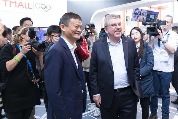 马云带国际奥委会主席体验虚拟试衣镜 我看起来更帅了