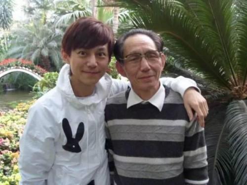 """何炅76岁父亲近照曝光 终于明白何老师为何如此""""年轻"""""""
