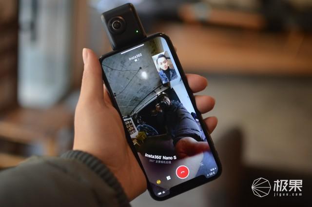 Insta360 Nano S是主打社交分享功能的全景相机,因此我担心的是会不会卡顿之类的。实测iPhone 6S采用电信4G网络,iPhone X采用100M光纤宽带WiFi,进行微信视频全景通话,都没有出现卡顿之类的问题。要说不足的就是,这个视频通话你不能使用过长时间,因为内置的电池在满电量的情况下也只能提供1小时的视频通话时间。