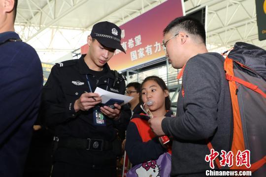 警方升级工作机制和防控手段保障春运民众安全、顺畅、舒适出行 黄桂林 摄