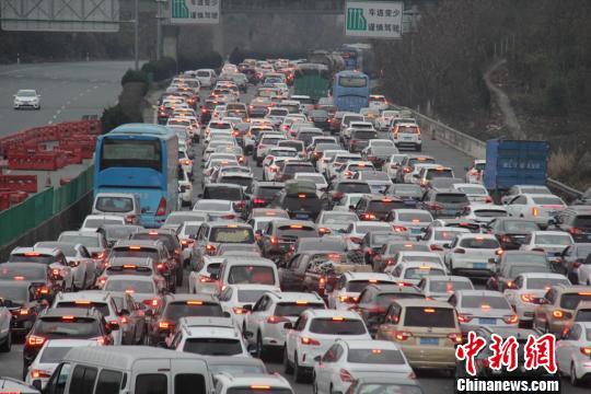 自广东北上返乡过年的车流拥堵不堪。 冯进富 摄