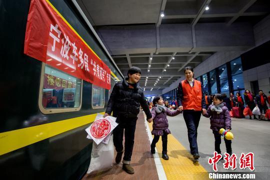"""图为""""小甜橙""""志愿者。铁路宁波站提供"""