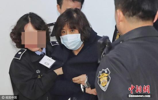 """当地时间10月31日23时57分许,韩国检方紧急逮捕正在接受调查的""""亲信干政""""事件涉案人物崔顺实。图片来源:视觉中国"""