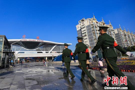 图为武警宁波支队执勤官兵在铁路宁波站内巡逻。