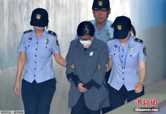 2017年6月23日,崔顺实抵达韩国首尔中央地方法院参加宣判。。