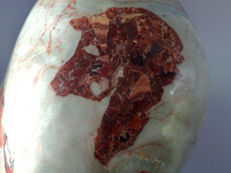 吴先生收藏的祁连山彩玉上的猪头,鱼头图案.