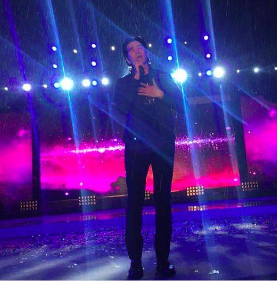58岁费翔演出都在小县城 淋雨唱歌满脸疲惫(图)