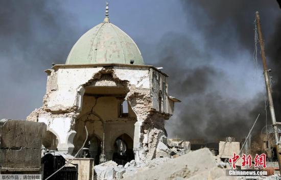 资料图片:伊拉克努里清真寺被炸毁。