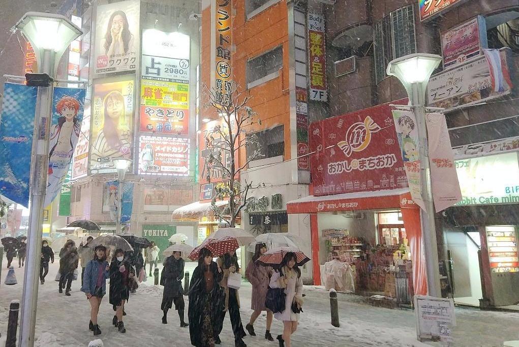 百年一遇的大雪袭击日本,日本女孩却依旧对短裙爱不释手