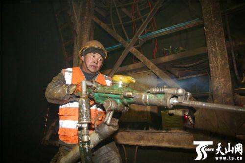 【新春走基层】探访格库铁路新疆段阿尔金山隧道冬季