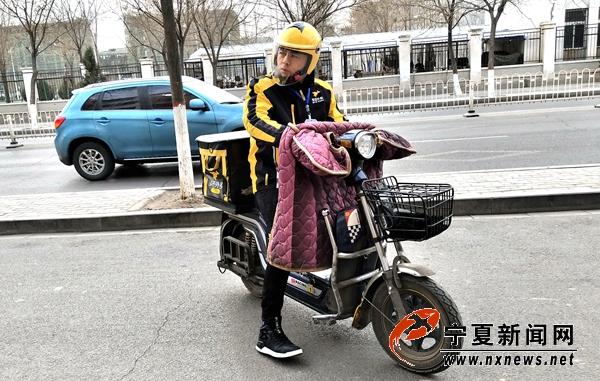 【网络媒体新春走基层】这个外卖小哥不简单