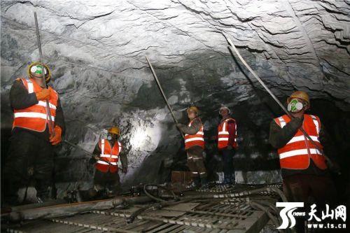 【新春走基层】探访格库铁路新疆段阿尔金山隧道冬季施工