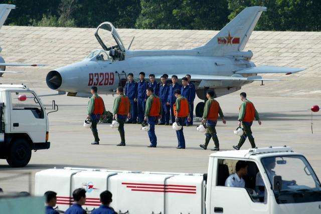 老歼7来拜年,军迷直呼心疼!用啥取代中国空军已给答案