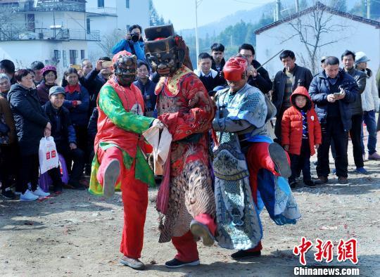 江西婺源农民跳傩舞喜闹新春