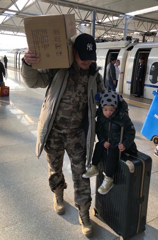 吴京穿成战狼的模样回娘家拜年,扛着箱子拖着儿子有上战场的气势