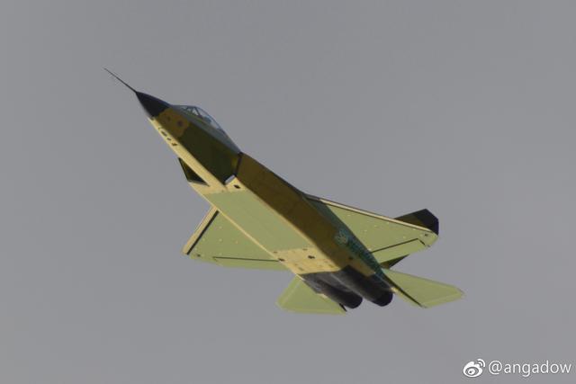 沈飞贺年视频首曝总装中的2架鹘鹰 座舱盖神似F35