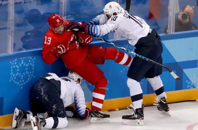 俄罗斯男子冰球大胜美国 赛场上大打出手场面激烈