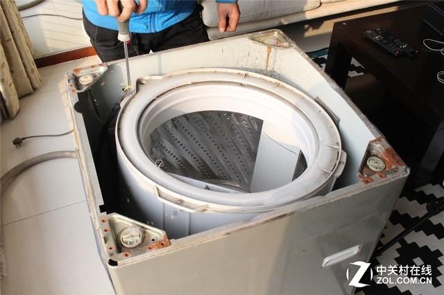 洗衣机的结构分为内外筒两层结构,内筒与外筒结构相通,因为内筒内部在