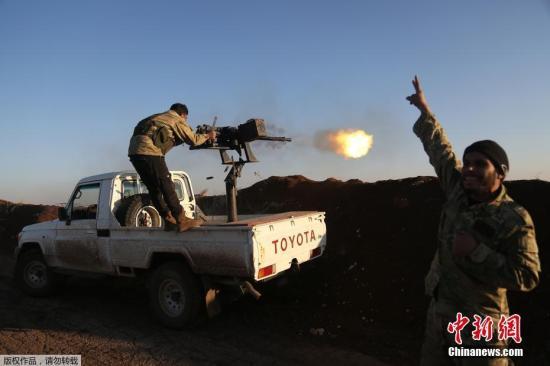 """资料图:""""叙利亚自由军""""战士向库尔德武装开火。"""
