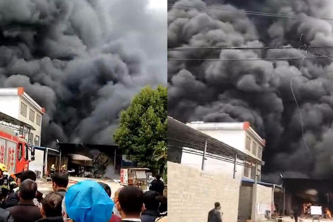 广西贺州一电器仓库起大火 浓烟滚滚黑云压城