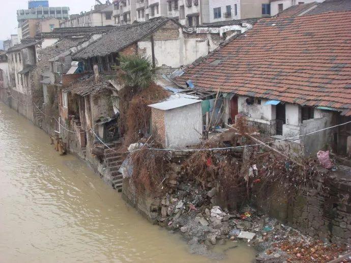 一座面目全非的浙北小镇,熟人社会消失,建筑工人在河里挖宝
