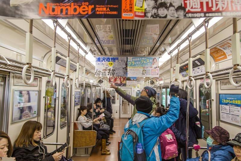 日本地铁奇葩怪像!不能大声喧哗,给老人让座要挨骂!