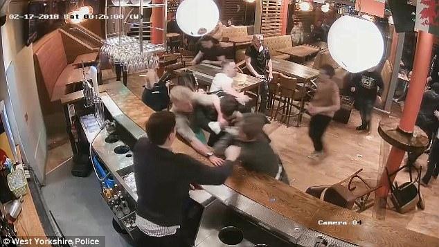 英国一酒吧20人斗殴场面激烈 警方定性为暴乱