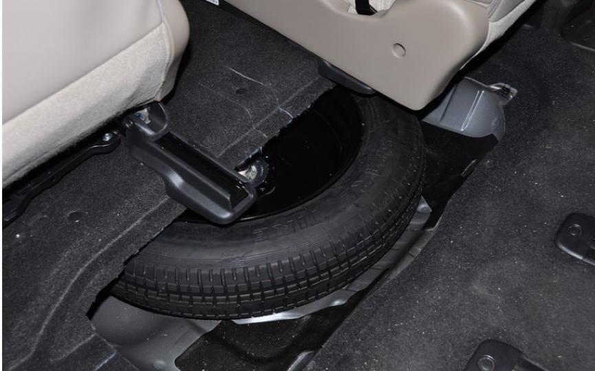 物尽其用的本田选择在奥德赛第一排座椅的下方放置备胎.