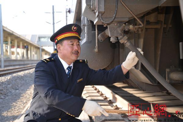 新疆铁路驾龄34年的火车司机老李的最后一个春运