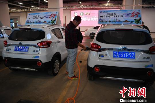 图为昆明南站供乘客租赁的新能源汽车 刘冉阳 摄