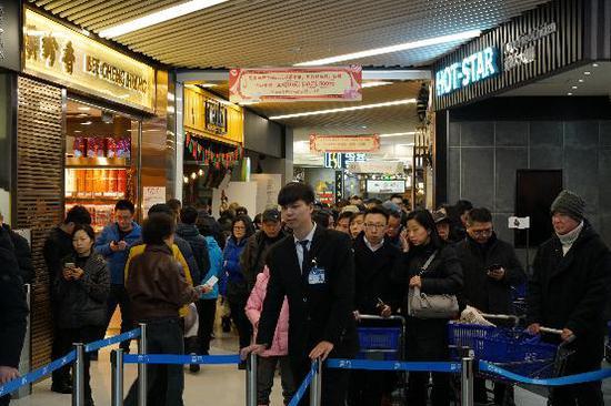 图说:除夕当天,盒马鲜生上海曹家渡店,消费者排队等待进店