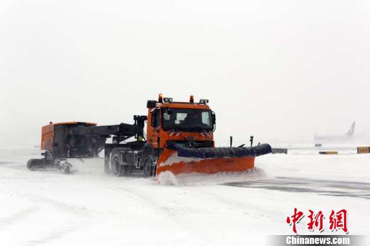 3日,大雪再次来袭黑龙江,哈尔滨太平国际机场80余航班受影响。 王雄非摄