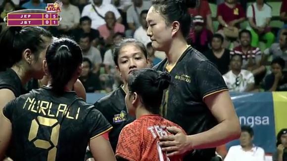 她曾与朱婷并称中国女排天才双子星,如今却沦落到在国内无球可打