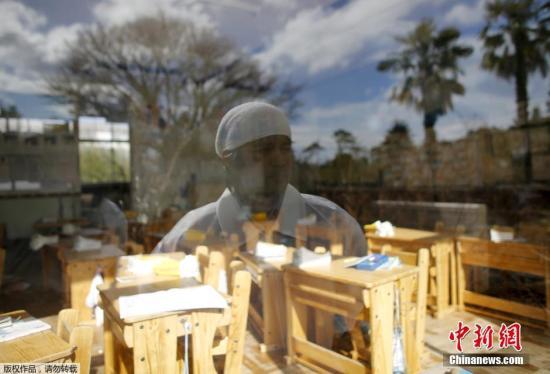 2016年2月14日,日本福岛,东京电力公司福岛第一核电站附近的禁区里,50岁的木村先生站在小女儿由奈以前上学的教室前。他在五年前的海啸中失去了父亲、妻子和大女儿,小女儿也失踪了。