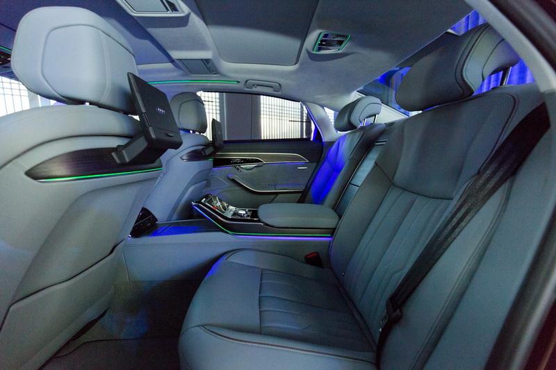 全新奥迪a8的后排中央扶手处配备了独立控制台,可对座椅通风,后排空调