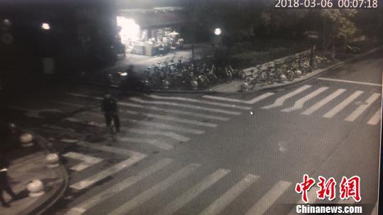 3月6日凌晨,失踪少年出现在监控画面中。滨江警方 供图
