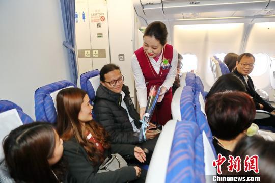 南航空乘向女性乘客赠送厄瓜多尔玫瑰 曾健 摄