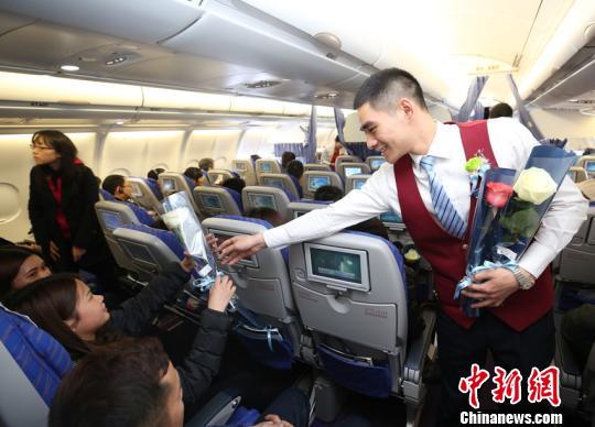 南航空乘向女性乘客赠送厄瓜多尔玫瑰 马旭辉 摄