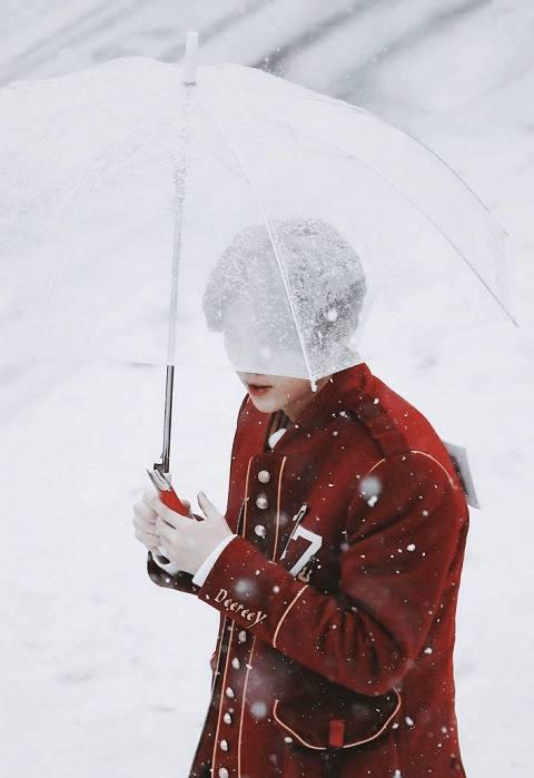 2018鹿保暖内衣_鹿晗维也纳穿红衣在雪地撑伞网友:雪中鹿王子