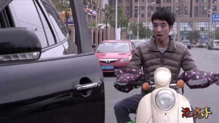 农村小伙骑车去卖菜,却遭小车司机开门撞到,结局让人暧心