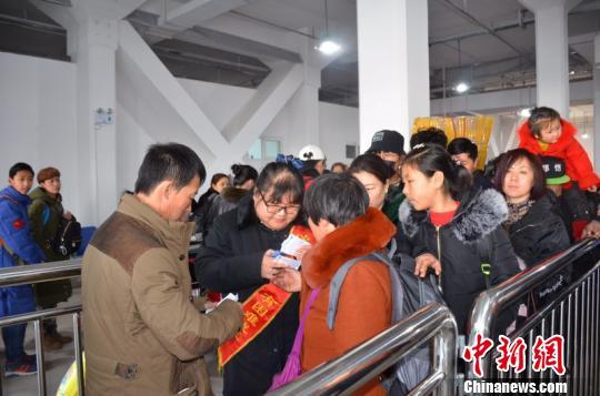 大连港客运总公司为千余名旅客开启购票、安检、候船、检票及登船一条龙绿色服务。 孟醒 摄