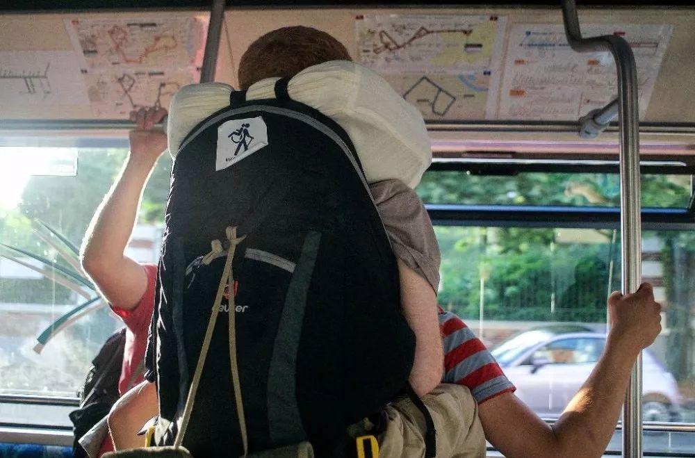 国外有个瘫痪小哥,被兄弟背着周游世界演讲,下一站来中国! 鲍店贴吧