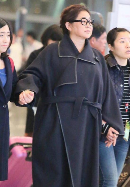 美人迟暮!59岁倪萍现身机场 面容浮肿步履蹒跚
