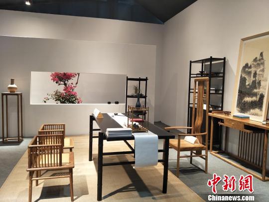 第39届国际名家具(东莞)展览会突出海内外原创家具设计。图为融入浓厚东方文化的家具原创设计 李纯 摄