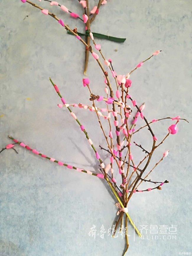 新闻客户端齐鲁壹点情报站发来一组幼儿园孩子们制作的手工桃花树照片