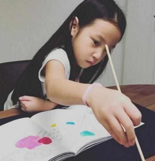 赵薇女儿与李湘女儿差距一岁 对比竟满屏尴尬(图)
