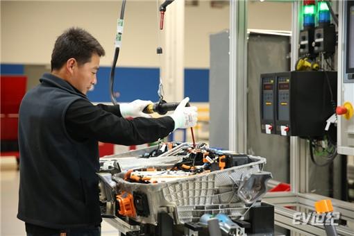 10. 创新生产技术:双模组概念电池包装配生产_副本.jpg